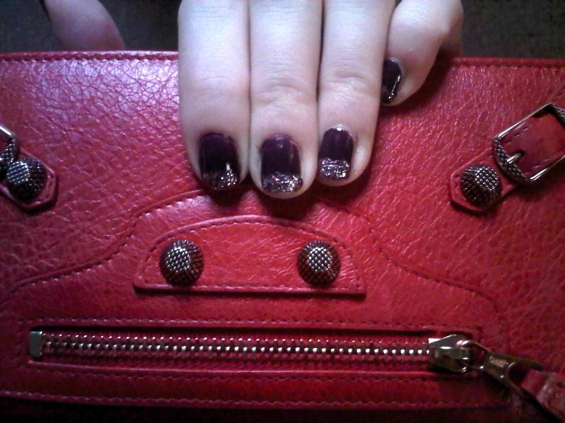 queens 20111116 005321 DIY: Glitter tip nails